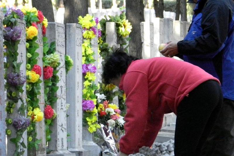 北京迎来首个清明祭扫高峰,石景山区抽调各方力量确保公众安全