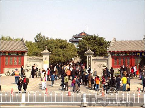 八宝山人民公墓正门
